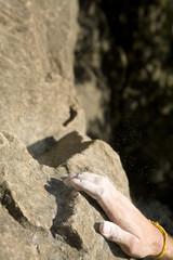 Junger Mann, Klettern, Fokus auf der Hand, close-up