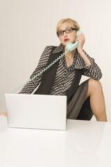 Geschäftsfrau mit Handy, Portrait