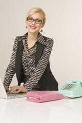 Geschäftsfrau mit Laptop, Portrait