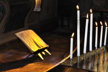 manuscrit et cierges pour recueillement