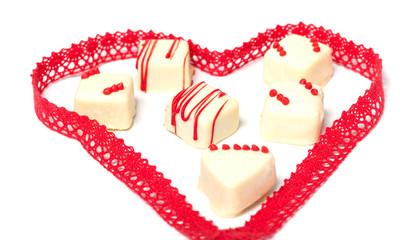 Herz um weiße Pralinen, Valentinstag