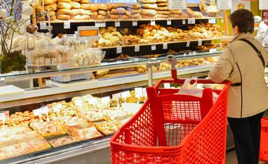 Donna al banco del pane