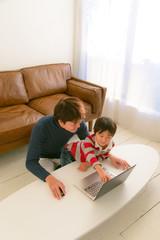 パソコンする親子