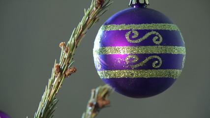 Шар синий на елке в Новый год