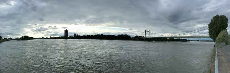 Panorama am Rhein bei Mülheimer Brücke