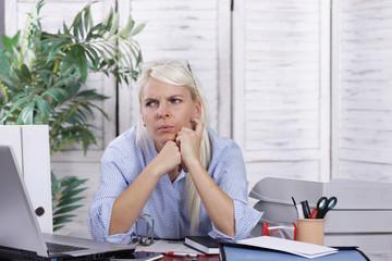 Muffige Frau im Büro