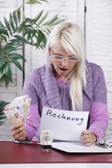 Junge Frau mit Heizkostenrechnung