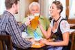 Leute trinken Weißbier in bayerischer Kneipe