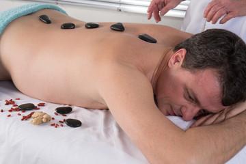 Homme massage pierres, chaudes