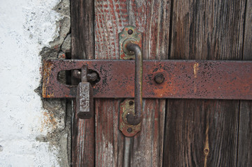 старый навесной замок на двери