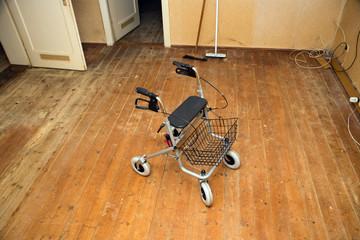 Rollator in leerer Wohnung