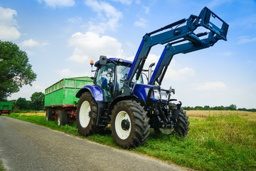 Getreideernte, Schlepper und Anhänger beim Getreidetransport