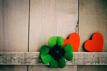Herzen rot, vierblättriges Kleeblatt