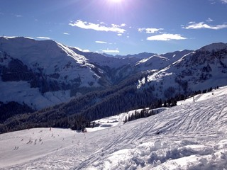 alpenregion im winter mit bergpanorama