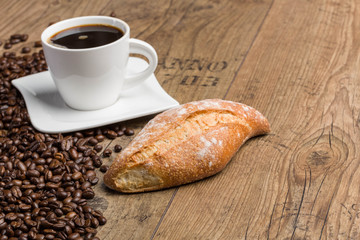 Kaffee, Kaffeebohnen und Baguette