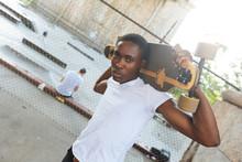 壁紙(ウォールミューラル) - Black Boy with Longboard at Park