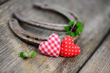2 Herzen mit Hufeisen