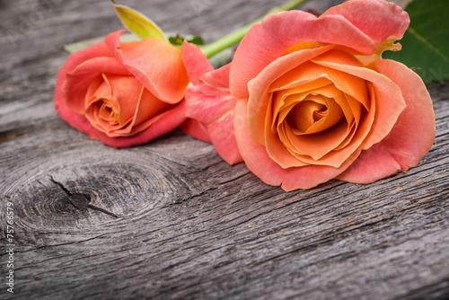 rozowe-roze-na-nieociosanym-drewnianym-stole-rocznika-styl