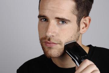 Hombre joven afeitandose