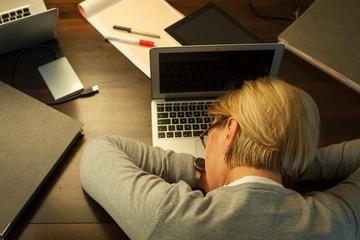 Frau schlafend am Computer