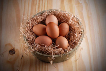 cesta con le uova biologiche sul tavolo di legno
