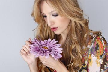 Mujer con una flor en la mano