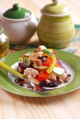 panzanella con pane raffermo, peperoni, cetrioli, capperi, olive