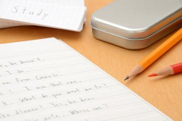 英語教育イメージ―机の上の英語のノート