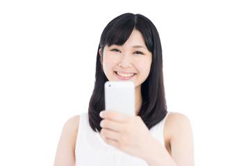 スマートフォンで写真を撮る女性