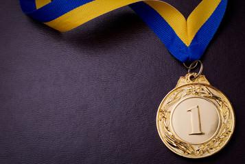 Золотая медаль на синем фоне
