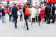 Bild in Bewegungsunschärfe von Menschen unterwegs in London in