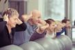 Leinwanddruck Bild - verschiedene generationen trainieren zusammen