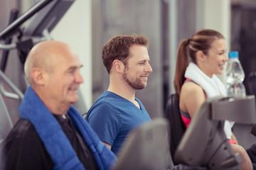 leute trainieren im fitness-studio