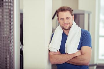 entspannter mann im fitness-studio