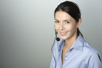 Attraktive Callcenter Mitarbeiterin mit einem Headset