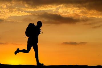 joggeur au coucher du soleil