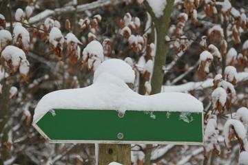 Wegweiser im Schnee mit Textfeiraum