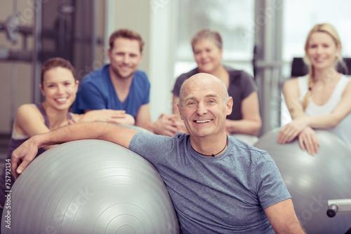 gruppe trainiert zusammen im sportclub - 75792134