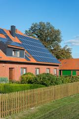 Solarzellen auf einem älteren Gebäude