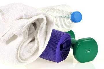 Haltère, tapis de sol, serviette et bouteille d'eau