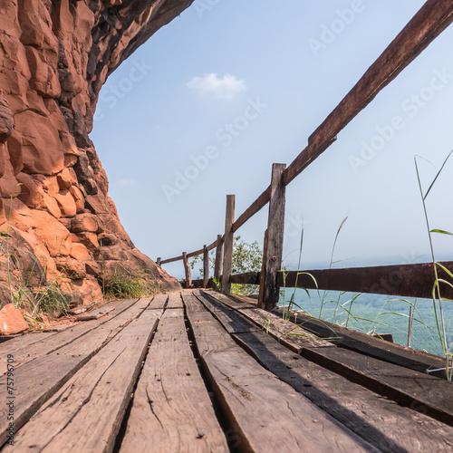 drewniany-most-na-gorze-przy-phutok-tajlandia