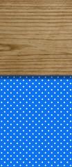 braunes Holzbrett auf blauem Hintergrund mit weißen Punkten