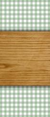 Holzbrett auf grünem Tischdeckenmuster