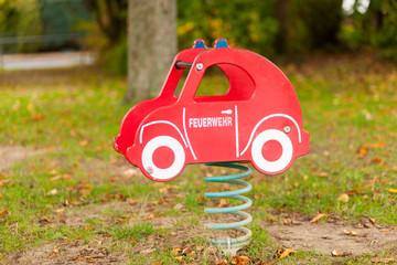 Feuerwehr-Federwippe auf dem Spielplatz