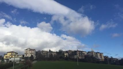 Ostra Vetere, Italia - Belle nuvole su case, time lapse