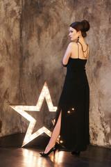 Молодая женщина в чёрном платье