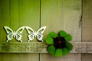 Schmetterlinge auf Holz, Kleeblatt