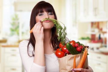 junge schöne Frau hat Spaß mit ihrem Gemüse