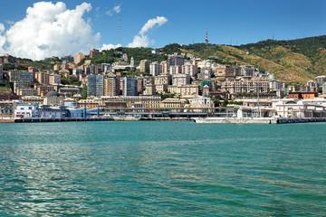 Blick auf Genua mit Hafen-Terminal Ponte Doria