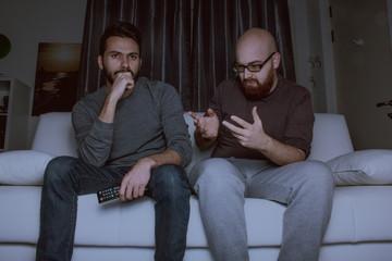Ragazzi che discutono sul divano